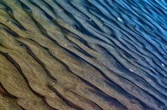 在沙子的波浪 免版税库存图片