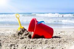在沙子的海滩玩具 免版税库存图片