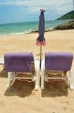 在沙子的海滩睡椅在海滩前面 免版税库存照片