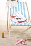 在沙子的海滩睡椅 免版税库存照片