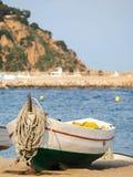 在沙子的渔船典型在卡塔龙尼亚,布拉内斯, 库存图片