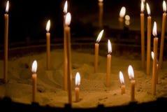 在沙子的灼烧的蜡烛 免版税库存图片