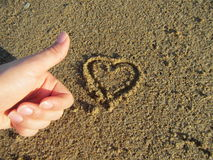 在沙子的爱心脏 免版税库存照片