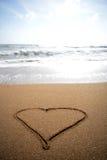 在沙子的爱心脏 库存照片