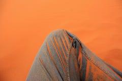 在沙子的牛仔裤 免版税库存照片