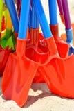 在沙子的玩具铁锹 免版税库存图片
