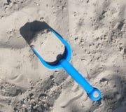 在沙子的玩具 免版税库存图片