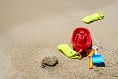 在沙子的玩具 库存照片