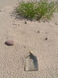在沙子的瓶 免版税库存图片