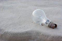 在沙子的电灯泡想法的,启发概念 库存照片