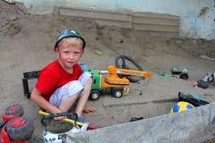 在沙子的男孩作用 免版税库存照片