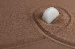 在沙子的白色石头 免版税库存照片