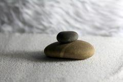 在沙子的禅宗石头 免版税库存图片