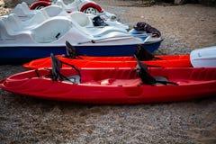在沙子的红色和白色皮船 放置在海滩的休闲航行的小船 皮船冒险旅行 极其体育运动 松弛钛 库存照片