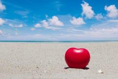 在沙子的红色心脏在大厦之外有文本输入的空间 免版税图库摄影