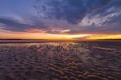 在沙子的美好的发光的日落反射起波纹, Inverloch, 免版税库存图片