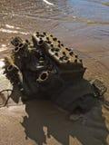 在沙子的老引擎在海滩 免版税库存图片