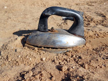 在沙子的老铁 免版税库存照片