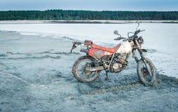 在沙子的肮脏的摩托车 免版税图库摄影
