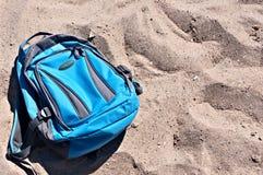 在沙子的背包 库存图片