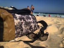 在沙子的背包 库存照片