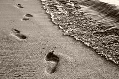 在沙子的脚印刷品 免版税库存图片