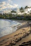 在沙子的脚印在Napili咆哮在黎明 免版税库存照片