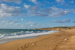 在沙子的脚印沿在Akamas半岛, Cypr的海滩 库存照片