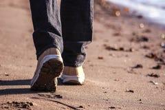 在沙子的脚印,在海滩 美好的晴天 库存照片