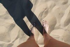 在沙子的脚在海滩 库存照片