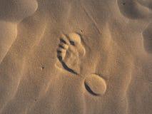 在沙子的脚步在海滩 库存图片