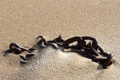 在沙子的船链子 库存照片