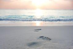 在沙子的英尺打印 免版税库存图片