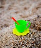 在沙子的茶杯 库存图片