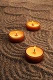 在沙子的蜡烛 在沙子的镇定的样式 免版税库存图片