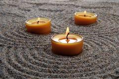 在沙子的蜡烛 在沙子的镇定的样式 库存照片