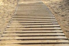 在沙子的被修建的木walkpath在白天 免版税库存图片