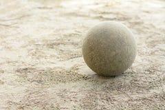 在沙子的足球 库存照片