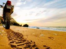 在沙子的足迹从轮胎踩 库存图片