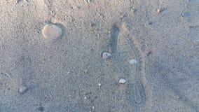 在沙子的足迹鞋子 库存图片