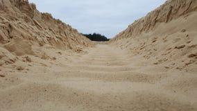 在沙子的轮子踪影 库存照片