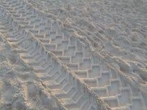在沙子的轮子轨道 免版税库存照片