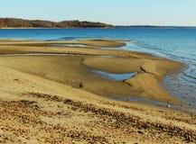 在沙子的退潮水池 免版税图库摄影