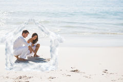 画在沙子的逗人喜爱的夫妇的综合图象心脏 免版税库存照片
