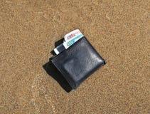在沙子的钱包 免版税图库摄影