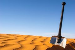 在沙子的铁锹 免版税库存照片