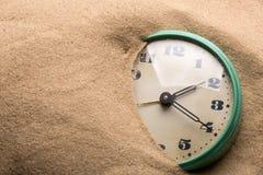 在沙子的闹钟 库存图片