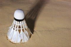 在沙子的集合胆怯shuttlecock,羽毛球比赛的 免版税图库摄影