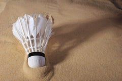 在沙子的集合胆怯shuttlecock,羽毛球比赛的 免版税库存图片