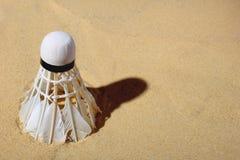 在沙子的集合胆怯shuttlecock,羽毛球比赛的 免版税库存照片
